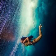 К чему снится плавать в воде девушке фото