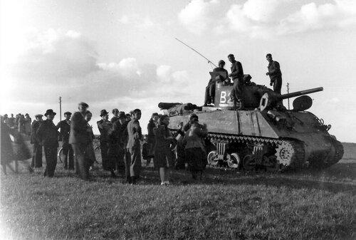 Местные жители встречают американских танкистов. Голландия, конец 1944 года.