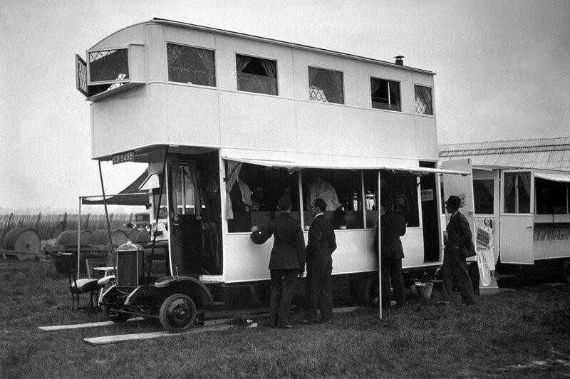 Клиенты покупают легкие закуски в передвижном баре на автобусе, 1933.jpg