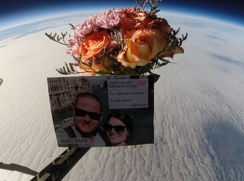 Чтобы поздравить свою жену, россиянин запустил букет в космос