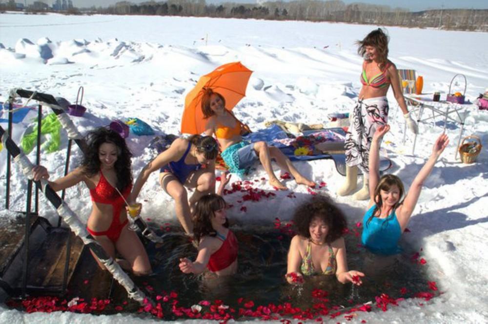 Сибирячки устроили фотосессию в купальниках у проруби в честь 8 марта