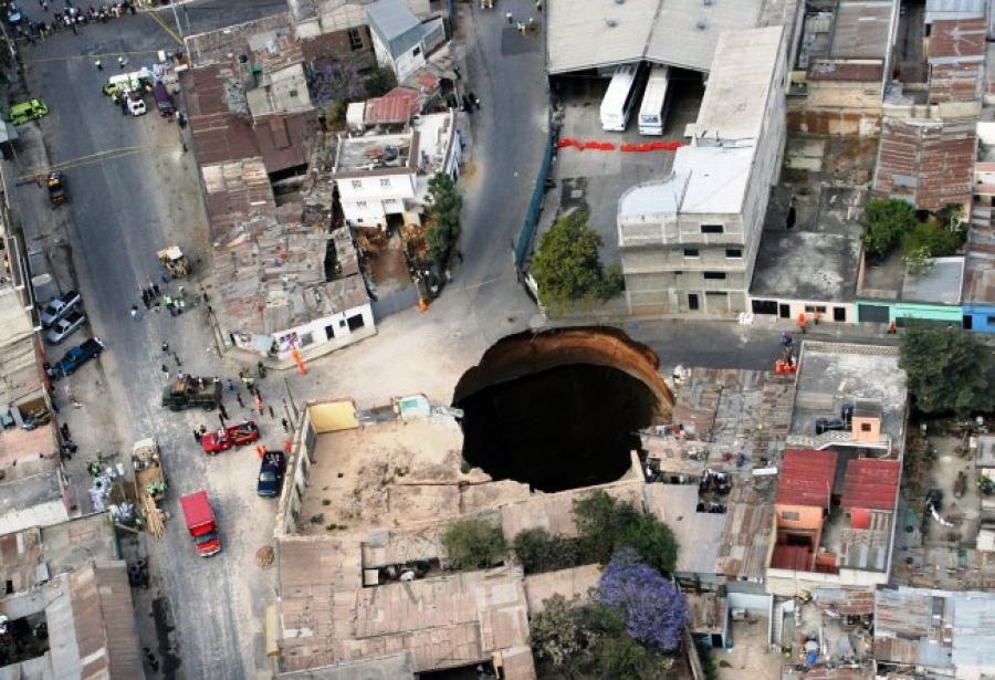 Эта воронка глубиной 150 м и шириной 20 м образовалась из-за подземных вод и дождей. Она унесла неск