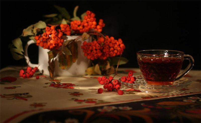 Вам понадобится горсть плодов рябины, которые можно также смешать с шиповником. Разотрите ягоды