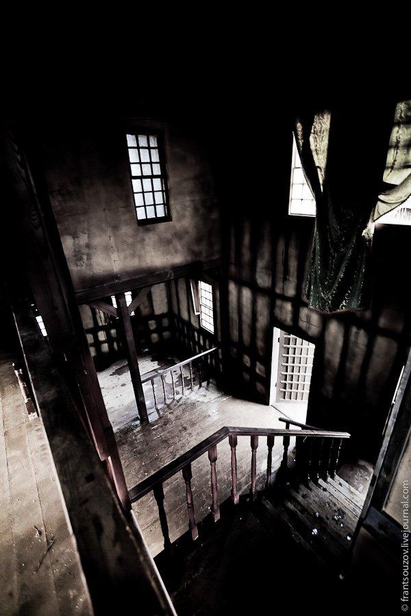 Мы поднялись на крышу, откуда открывался неплохой вид на город-призрак:
