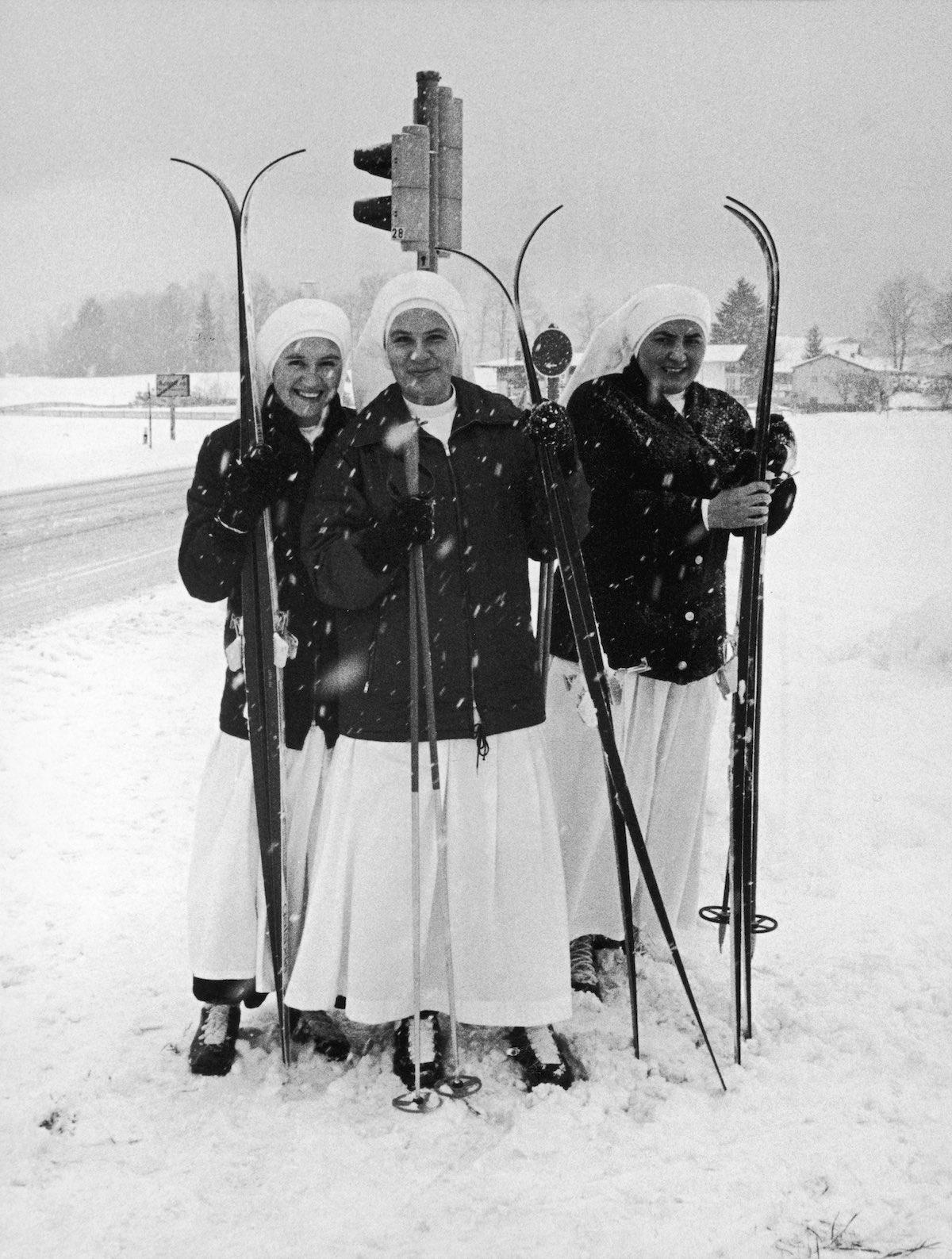 1979 год. Три монахини из детского госпиталя в Баварии в свободное время занимаются лыжным спортом.