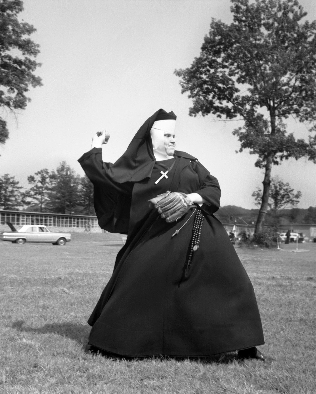 1963 год. Решимость на ее лице ясно дает понять, что этот питчер знает свое место на бейсбольном пол