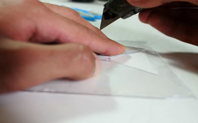 Шаг 3 Небольшими полосками скотча или суперклеем скрепите трапеции друг с другом по боковым сто
