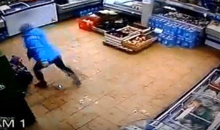 Женщина безжалостно избила своего малолетнего сына вмагазине