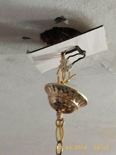 Дырки в потолке закрываю картонкой