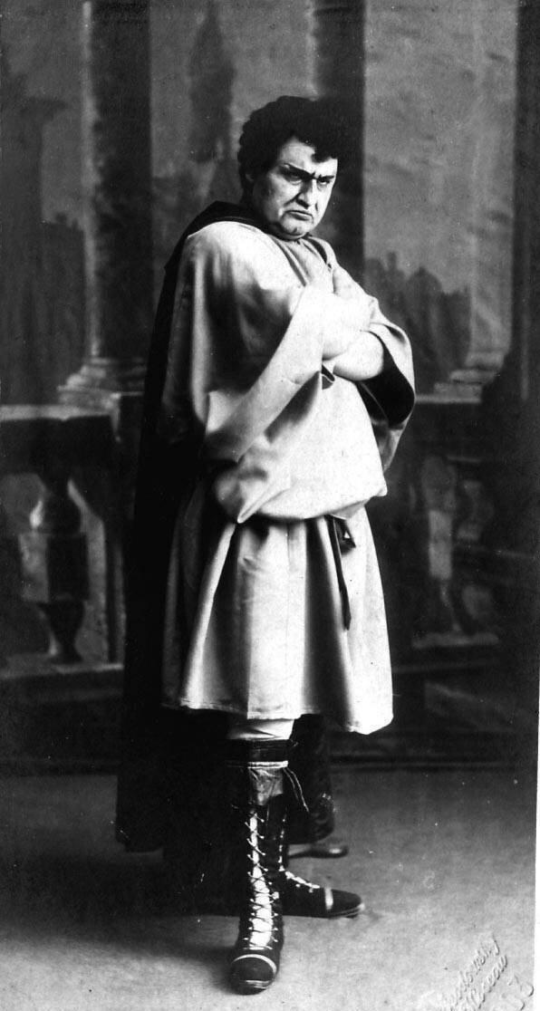 Клементьев Лев Михайлович. Образование получил в Коммерческом училище и в кадетском корпусе. В 1887—1888 годах выступал в Петербургской оперетте. В этот период брал уроки пения у Каспара Кржижановского.