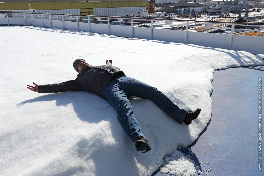 Денис в солярии теплохода Дмитрий Фурманов