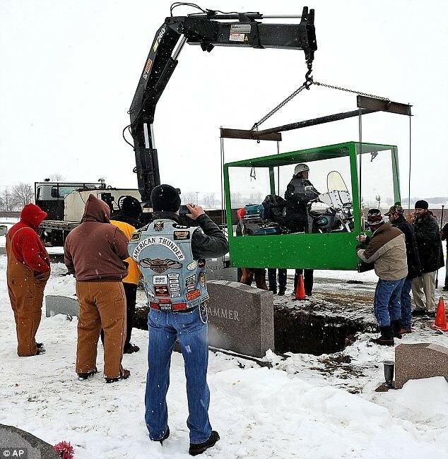 В Америке похоронили байкера верхом на мотоцикле. Фото