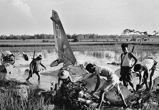 Ополченцы среди обломков сбитого американского самолета. (1972г.)