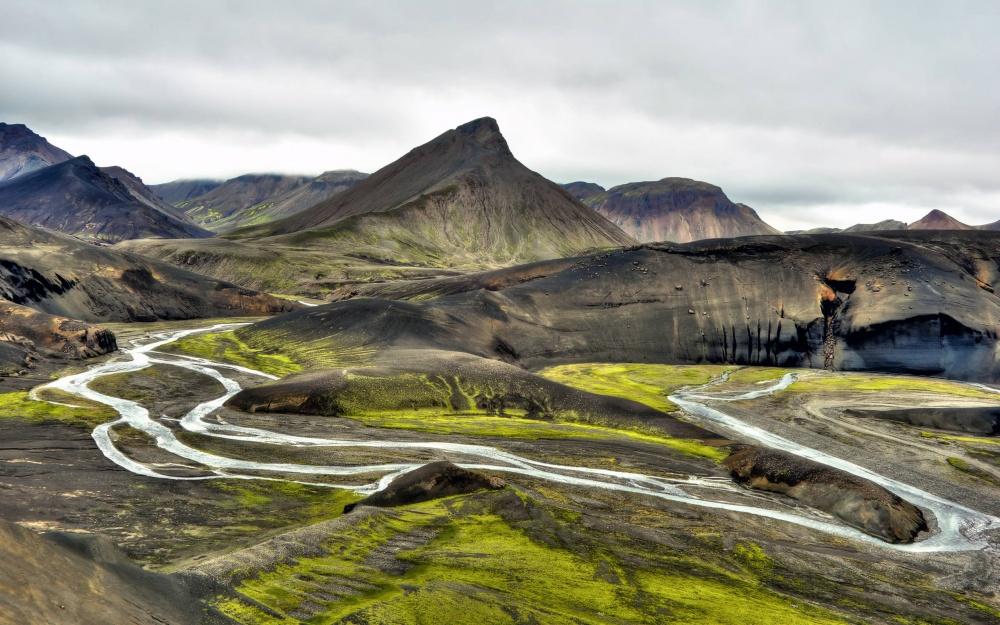 Blahnjukur («синий пик») иBrennisteinsalda («серая волна»)— самые популярные места среди туристов.