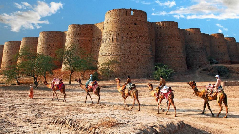 Деравар— удивительное строение квадратной формы, которое было сооружено в1733году. Крепость состо