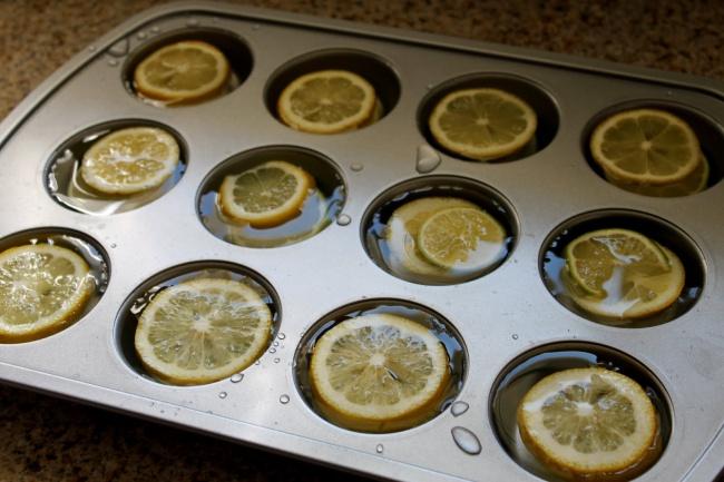 Заморозьте ломтики лимона вкубиках льда. Иувас будет крутой освежающий напиток. Как раз для лета