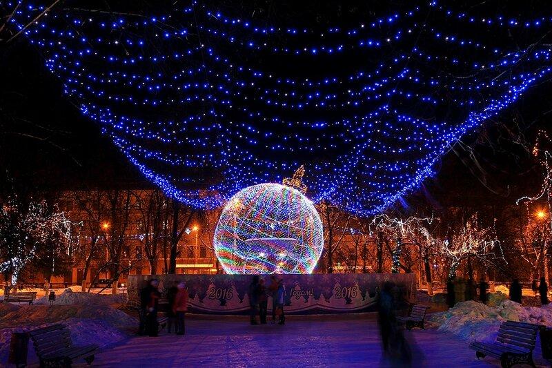 Световой шар на месте фонтана и иллюминационная завеса на Театральной площади в Кирове