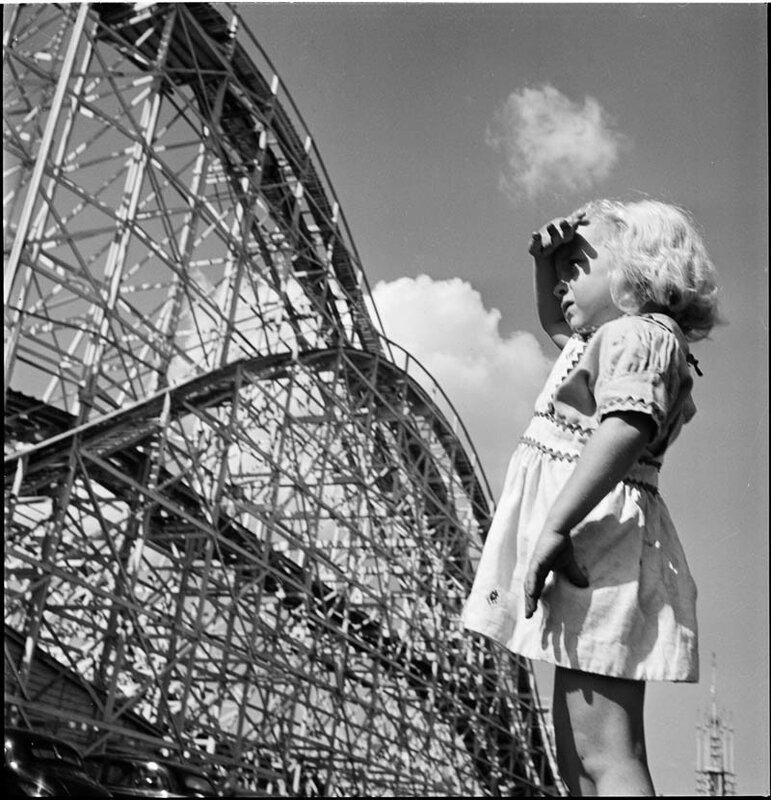 Девочка у американских горок, 1946 год