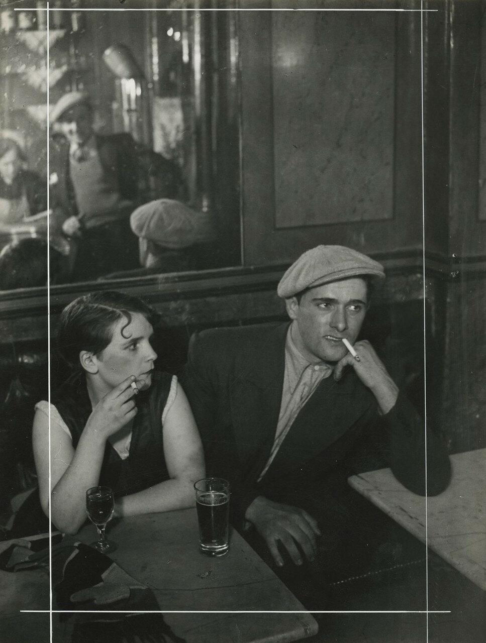 1930. Влюбленная парочка в бистро на улице Сен-Дени