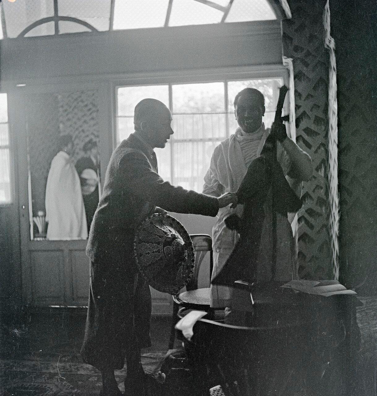 Покупка щита и меча Вальтером Миттельхольцером