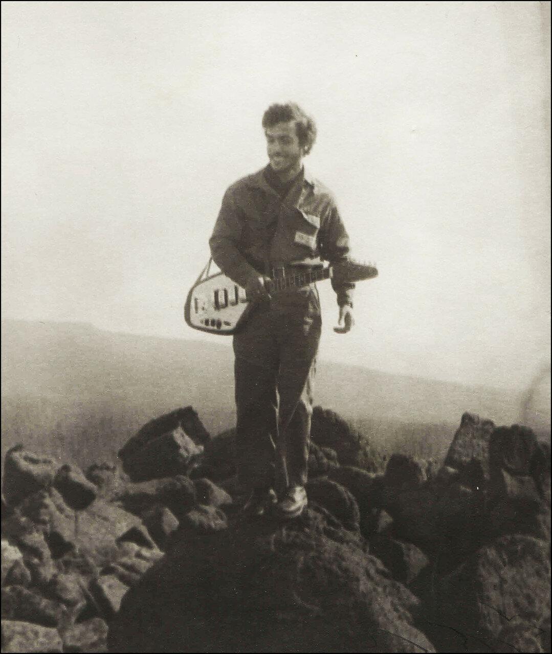1969. Ашот Налбандян (ЭТ-66) на скалах. Якутия