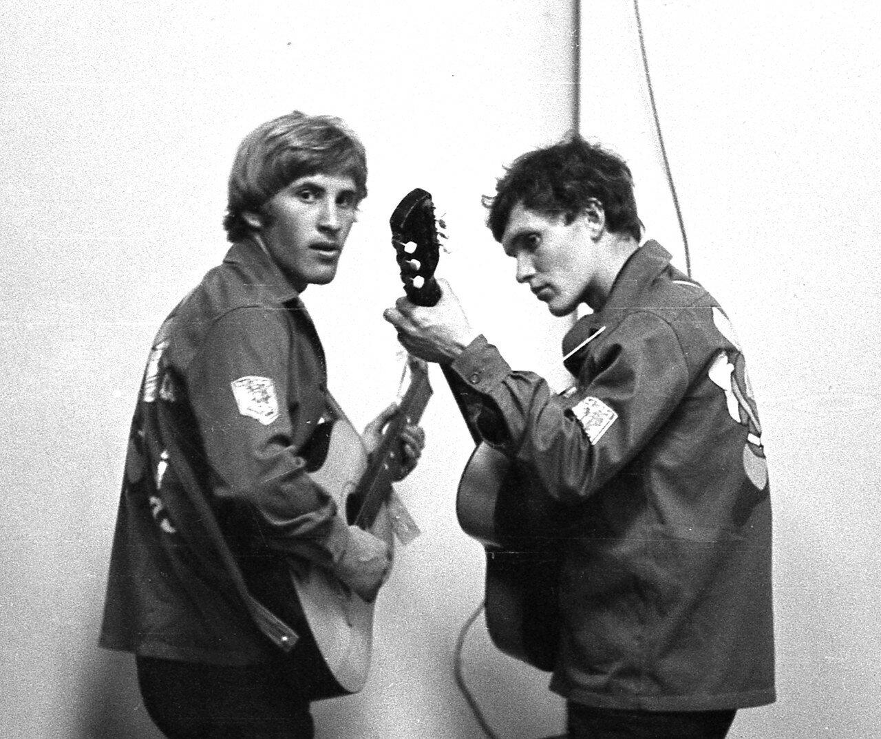 1973. Вова Катырин и Коля Филатов перед выступлением в концерте агитбригады ССО ЭТФ Хакасия
