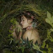 Девушка в траве