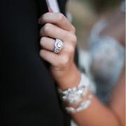 Обручальное кольцо на руке