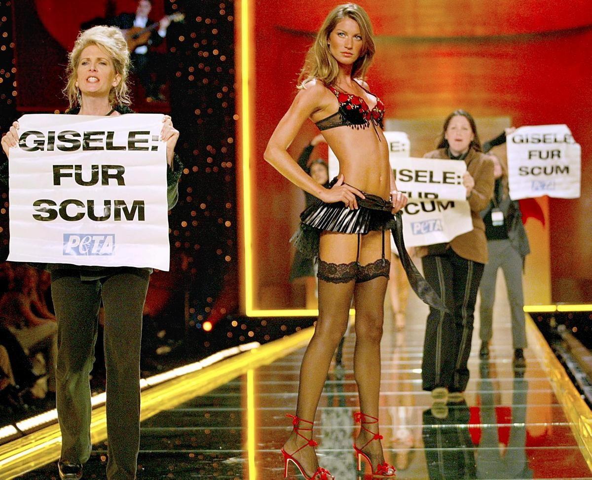 8. В 2002 году на шоу ворвались защитники животных из PETA, но Жизель — настоящий профессионал, ее т