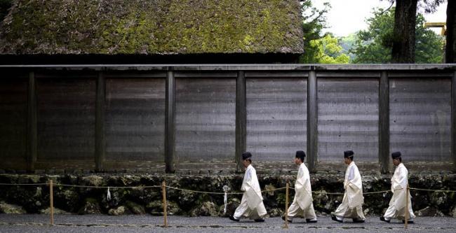 ВЯпонии самой главной святыней является храмовый комплекс Исэ-дзингу. Основной храм огорожен высоки