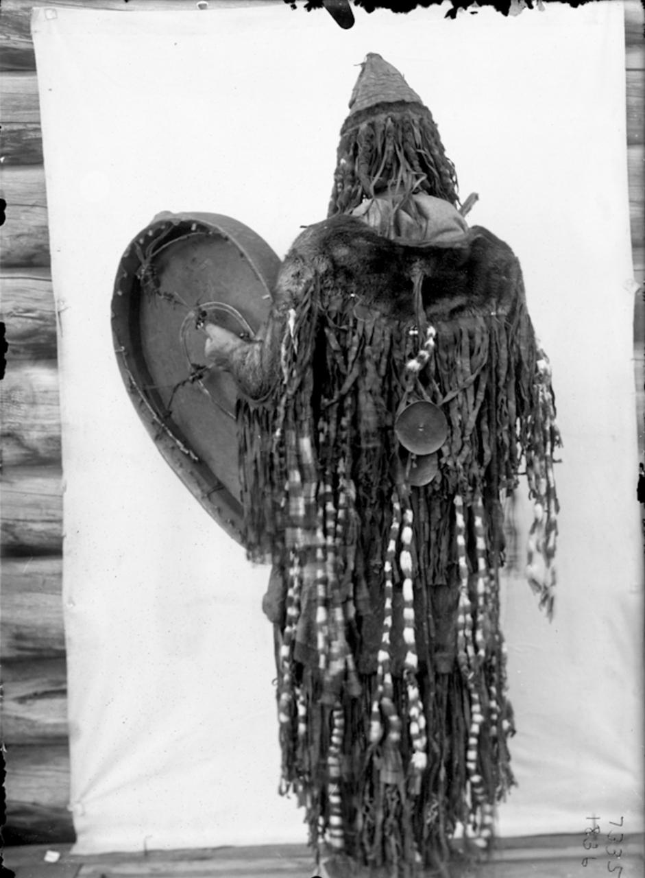 Юкагирский шаман в церемониальной одежде (с бубном), 1902