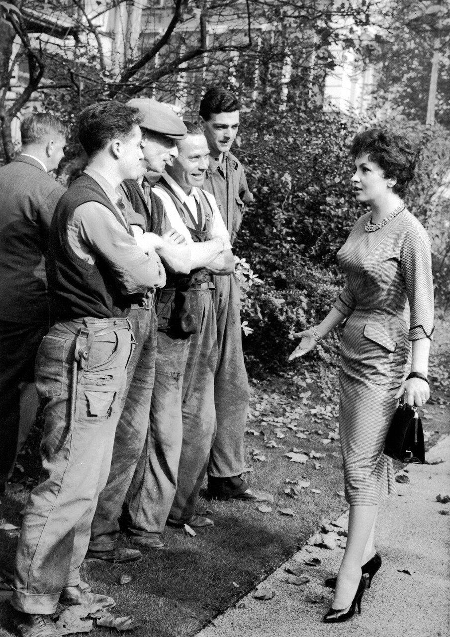 Gina LOLLOBRIGIDA im Gesprдch mit StraЯenarbeitern, 1957