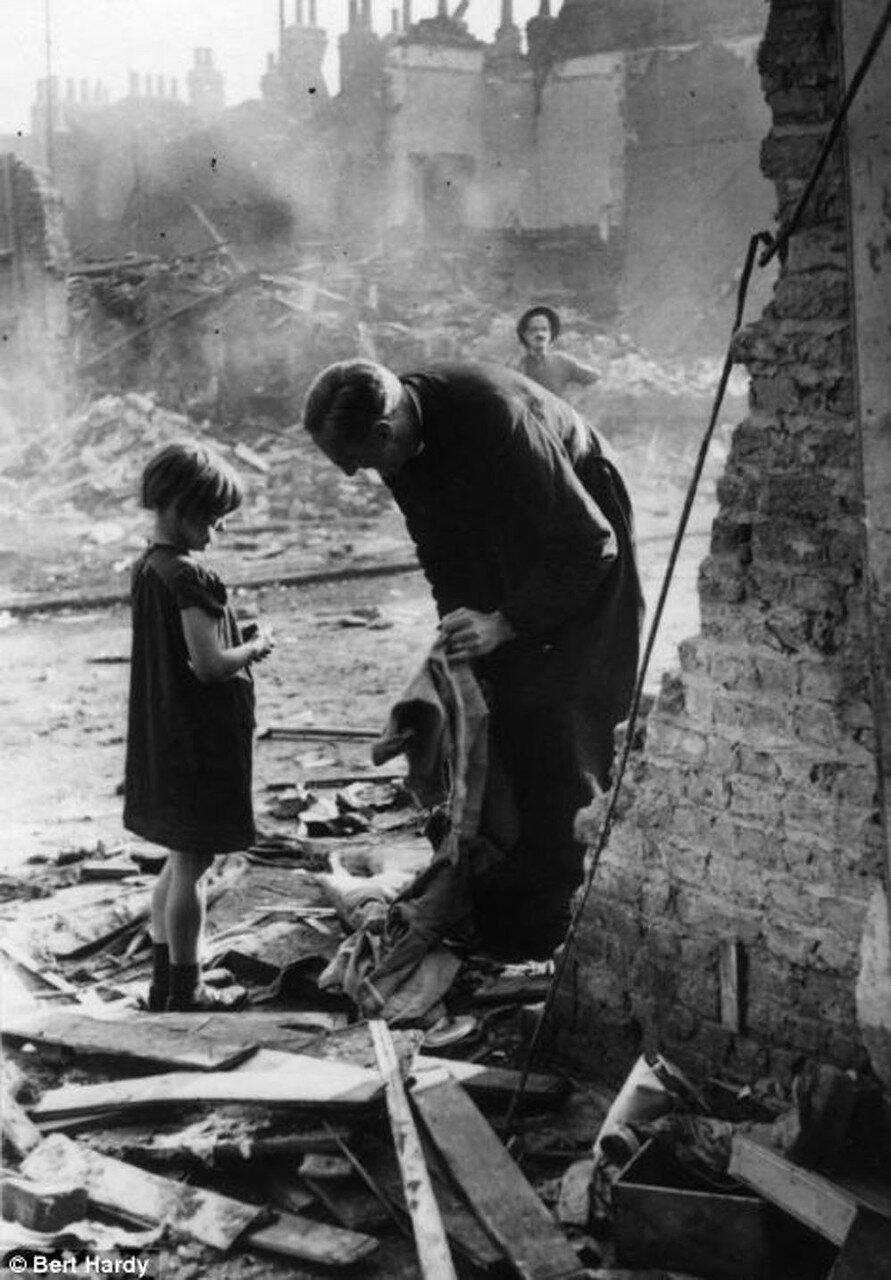 1940. Разрушенные бомбами дома в лондонском Ист-Энде