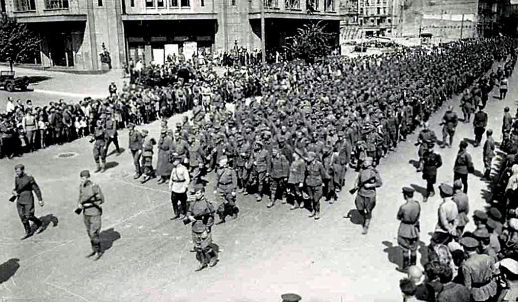 Пленных гитлеровцев проводят по улицам Киева. 16 августа 1944_1200_(11).jpg