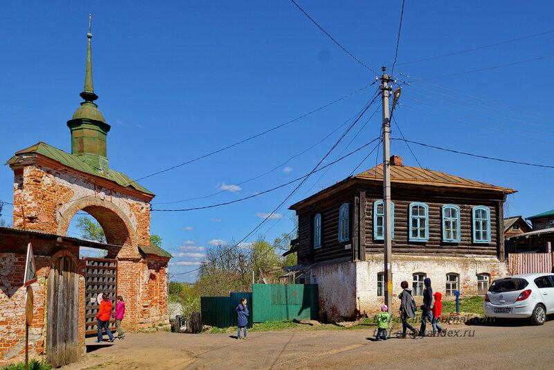 Входные ворота в кремль и старинный дом, Можайский кремль