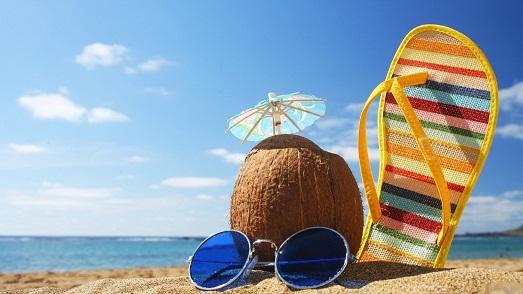 море, плолосатый тапок, очки, кокос на фоне песка и неба