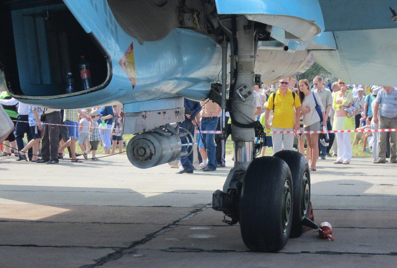 Су-34: левая стойка шасси, воздухозаборник, ФАБ-100 (15.08.2014)