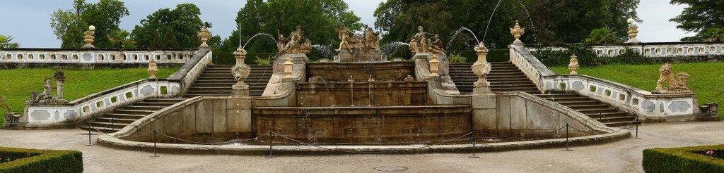 Каскадный фонтан в парке.