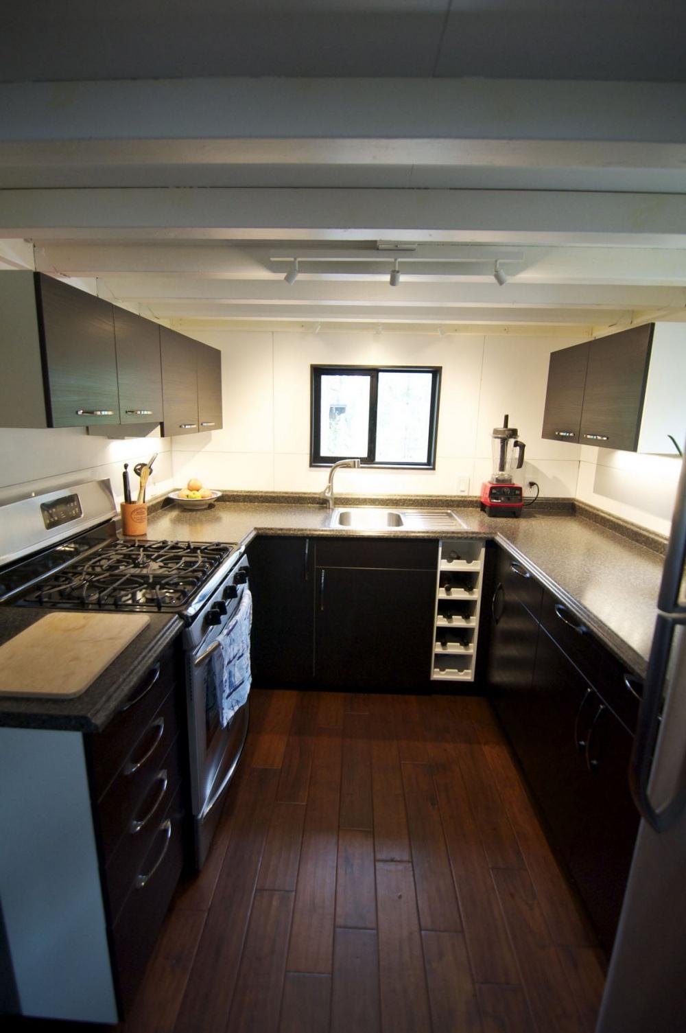 Газовая плита, раковина, холодильник ипрочие современные устройства.