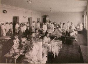 Медицинский персонал и раненые в палате лазарета,устроенного в3-м Пятницком городском училище.