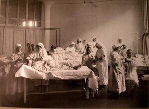Медицинские сестры за перевязкой раненых в перевязочной лазарета Городского кредитного общества.