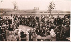 Дети-беженцы в очереди за хлебом и сахаром у соединительного врачебно-питательного пункта, организованного отрядом Красного Креста В.М.Пуришкевича.