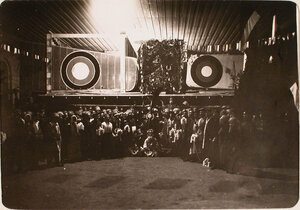 Участники дивертисмента у кинематографической будки во время празднования Рождества нижними чинами авиароты.