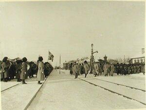 Солдаты и офицеры 2-й бригады 40-й дивизии(полки 159-й Гурийский и 160-й Абхазский)приветствуют прибывшего на смотр императора Николая II  со свитой