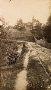 Вид на дом в дачном районе близ штаба армии.