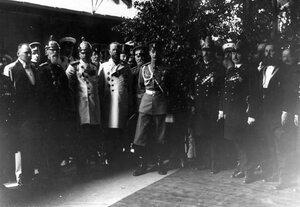 Группа участников открытия выставки, в центре великий князь Андрей Владимирович.