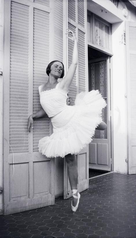 Olga-Khokhlova-Picasso_villa-Belle-Rose_Juan-les-Pins_1925.jpg