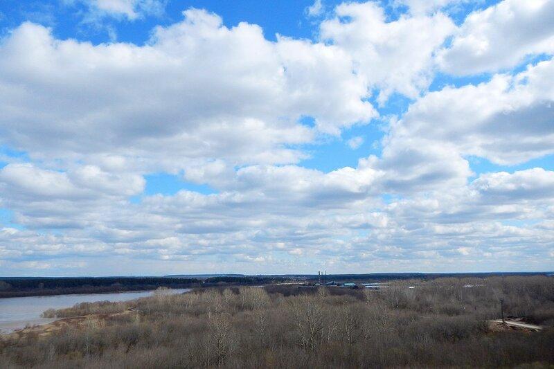Облака над берегами Вятки и трубы Кирово-Чепецка на горизонте