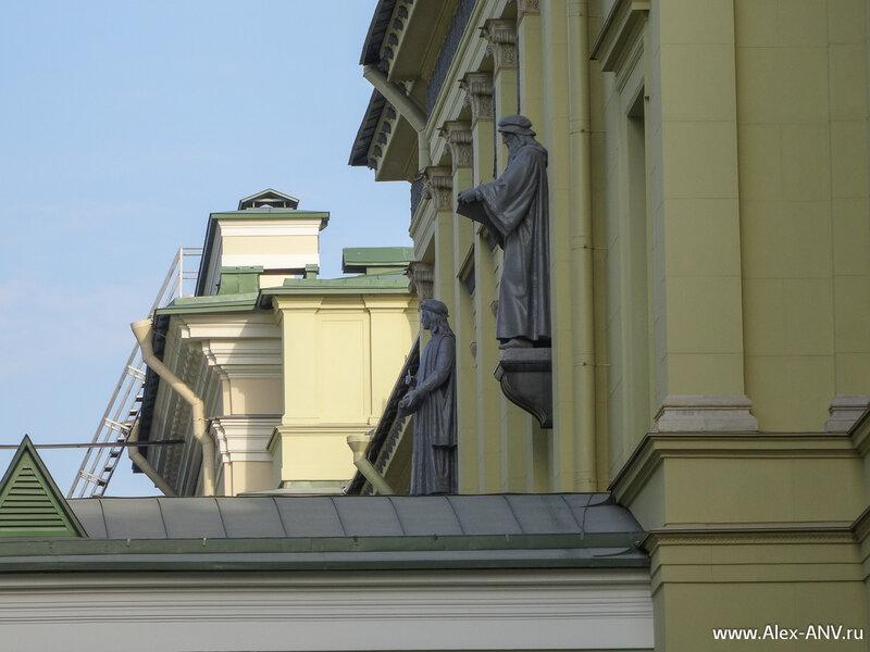 Красивые статуи на стенах Нового Эрмитажа