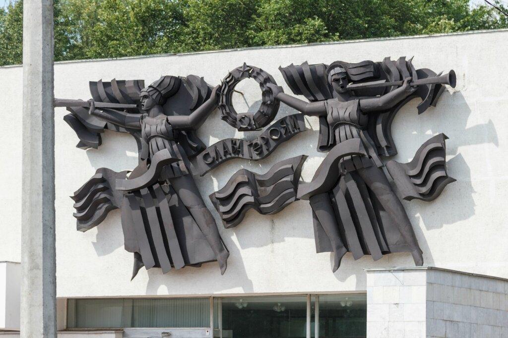 Фигуры на здании Краеведческого музея, Великие Луки